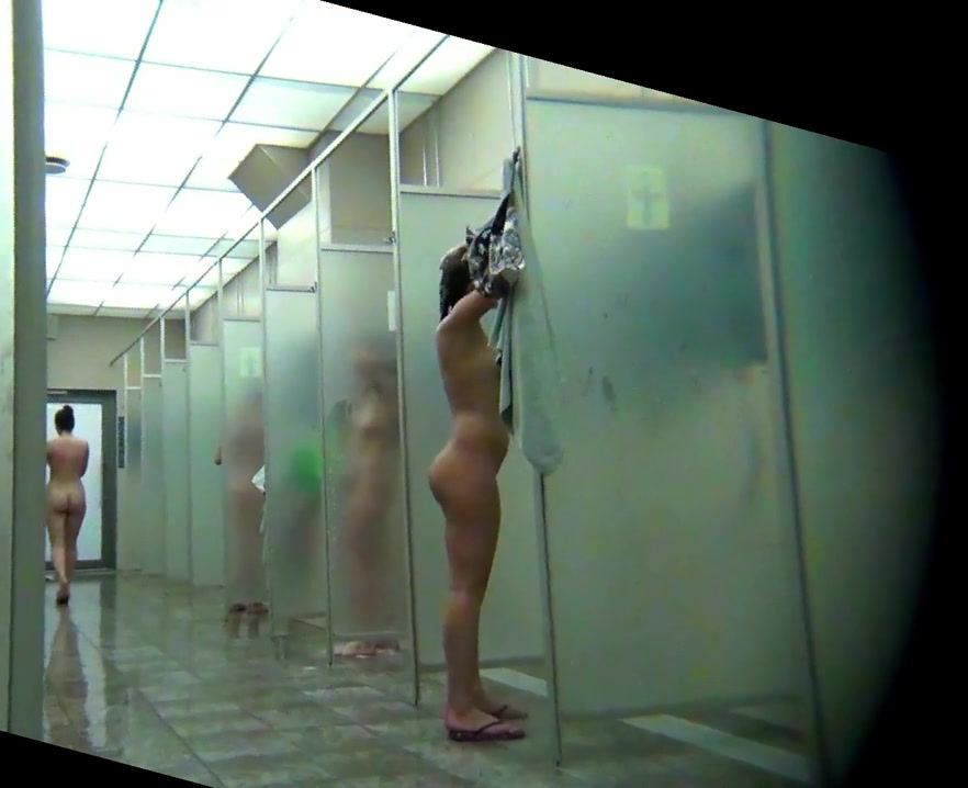 Nackt duschen frauen Nackte frauen